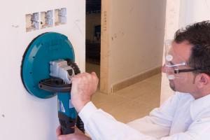 El lijado de pared se realiza tras haber finalizado la operación de enmasillar. Puede hacerse de forma manual, con papel de lija especial o con una máquina